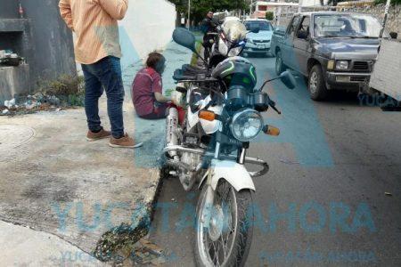 Motociclista se 'lleva de corbata' a una joven que bajaba de una combi