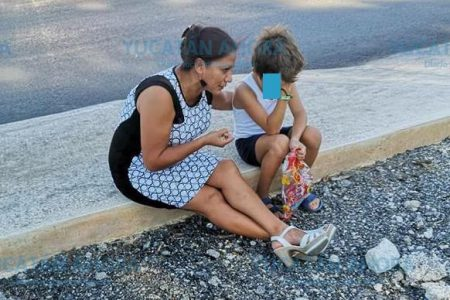 Madre le enseña a su niño lo que podría pasar sino le gusta la escuela
