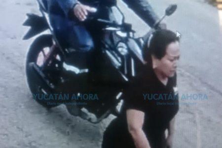 Arrebata violentamente desde su moto el bolso a una mujer