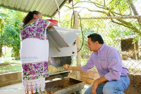 Renán Barrera promete impulsar la creatividad de la mujer rural