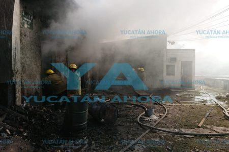Bomberos enfrentan incendio en bodega de chapopote