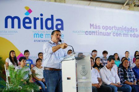 Renán Barrera entrega apoyos para que jóvenes no trunquen sus estudios