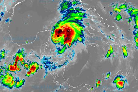 Michael 'roza' la categoría de huracán en el Canal de Yucatán