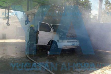 Se incendia camioneta en un lavadero de la colonia México