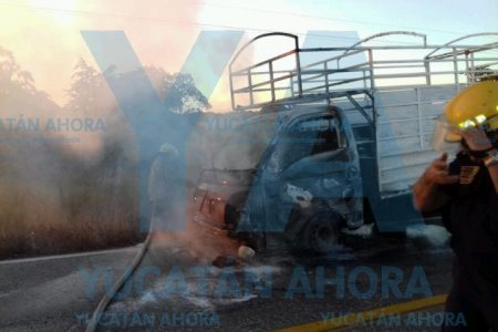 Se incendia camioneta abandonada en la carretera