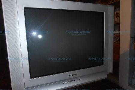 Trágico accidente casero: pesada televisión le cae encima a un bebé