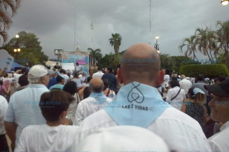 Lluvia desluce marcha católica por 'las dos vidas'