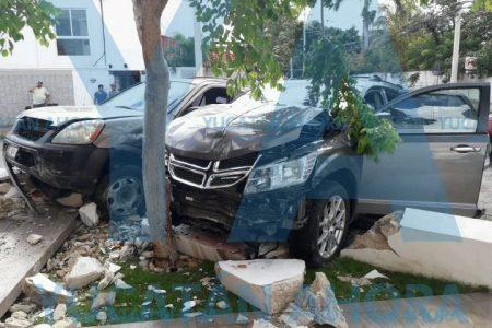 Camionetas hacen chuza contra un muro en la Emiliano Zapata Norte