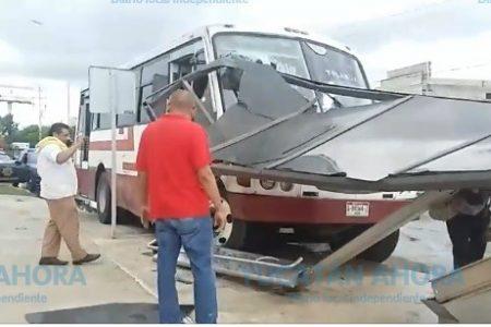 Autobús derriba un publi-paradero en el sur de Mérida