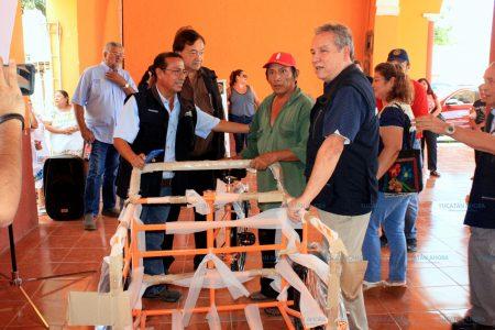 Entregan apoyos a personas de bajos recursos en Cuzamá