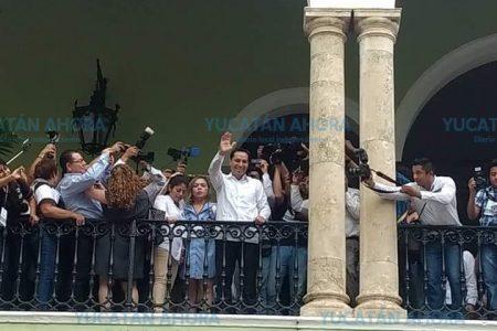 Acompañado de ciudadanos, Mauricio Vila entra al Palacio de Gobierno