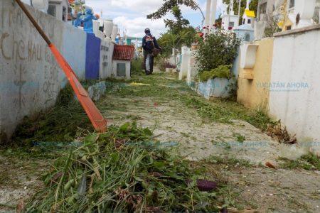 Trabajadores del Ayuntamiento de Mérida le dan vida al Cementerio de Xoclán