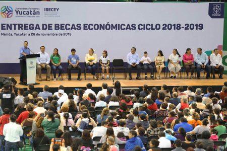 Mauricio Vila ofrece aumentar el número de becas escolares en 2019