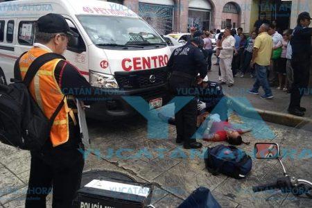 Acaba en la policía a pesar de duro golpe que le dio un taxi