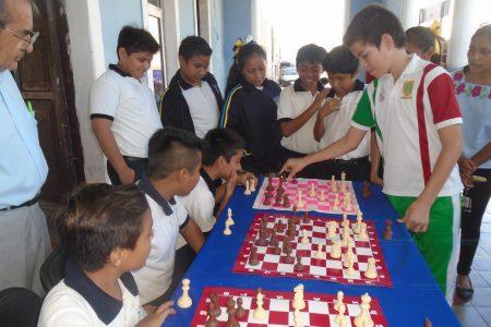 Con ajedrez hacen más pensantes a estudiantes en Hunucmá