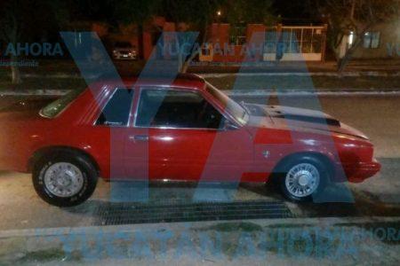 Conato de incendio en un Mustang clásico, en Tixcacal Opichén