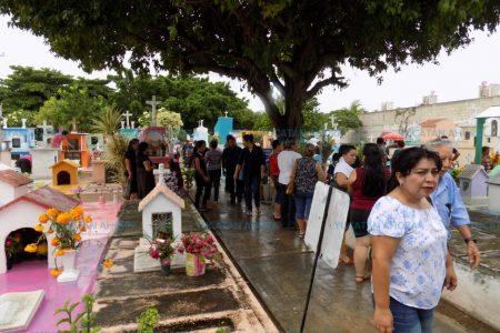 Ni la lluvia detuvo a las personas para visitar a los fieles difuntos