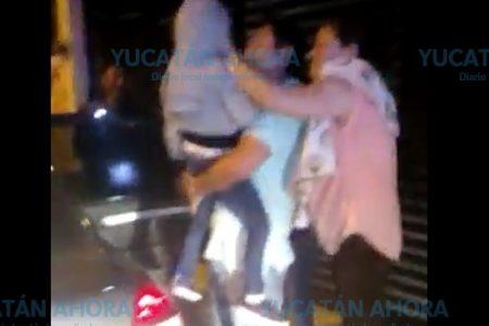 Niño queda atrapado dentro de un auto en la Morelos Oriente