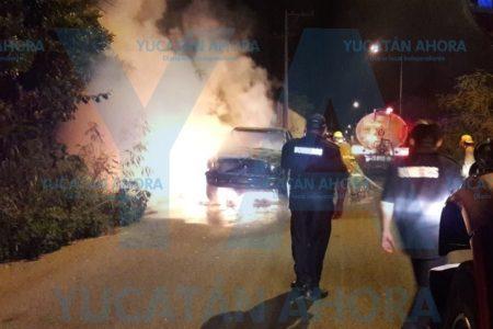 Arde camioneta en la salida de Cholul