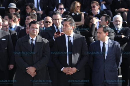 Mauricio Vila asiste a homenaje luctuoso en Puebla