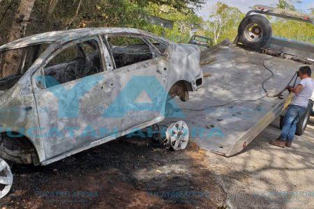 Terminan mal el año, el fuego arrasa con sus vehículos accidentados