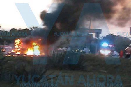 Choca y se incendia un auto en la curva de Tixkokob: un muerto