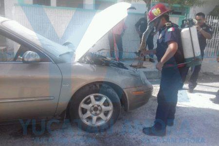 Por 'generación espontánea' se incendia vehículo en el centro de Mérida