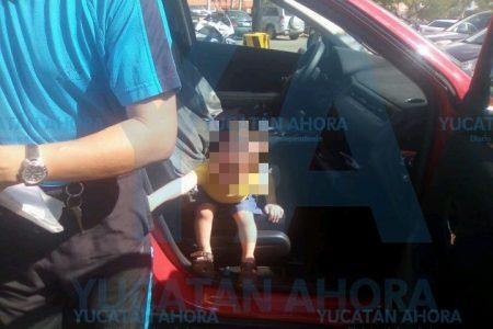 Abusado niño de un año sorprende al quedar atrapado en un auto