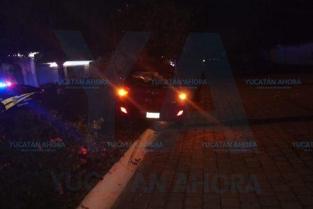Causa destrozos con su auto y se da a la fuga