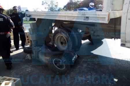 Motociclista derrapa y acaba debajo de un camión, en el Periférico