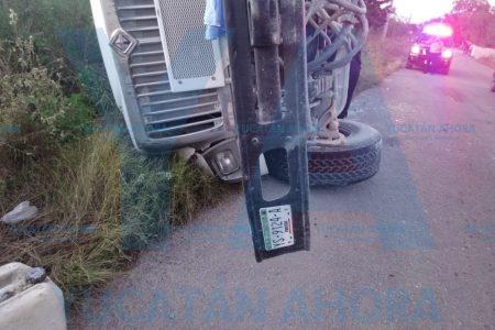 Camión de carga de concreto vuelcaen Dzityá