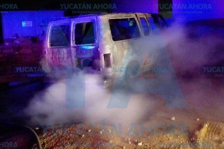 Se incendia su camioneta y solo le queda contemplar que se queme