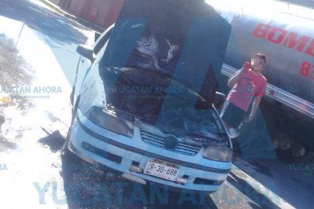 Se incendió su auto y solo pudo atinar a grabarlo en video