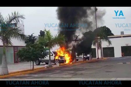 Se incendia camioneta en un gimnasio del fraccionamiento Campestre
