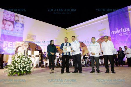 El alcalde Renán Barrera entrega la medalla 'Guty Cárdenas' a Raúl Arjona Perera