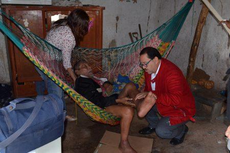 Abuelo postrado en vieja hamaca solicita ayuda