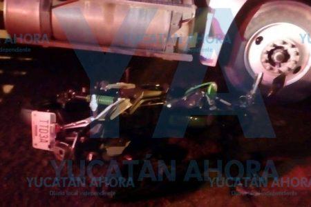 Camión invade carril y choca a motociclista