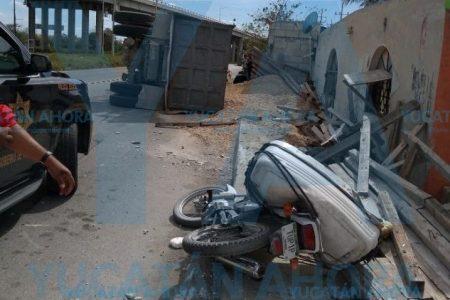 Le gana el peso de su volquete y vuelca en la vía Mérida-Progreso