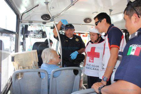 Adulto mayor se desvanece en un autobús