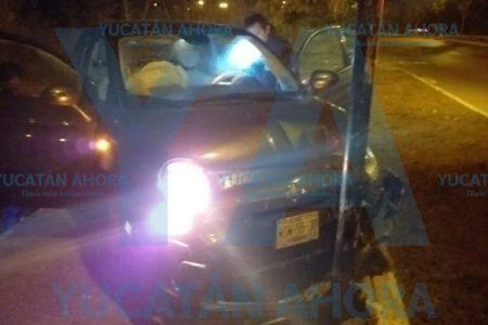 Joven alcoholizado choca su camioneta contra un poste