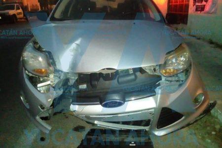 Ocasiona estragos con su auto y se da a la fuga