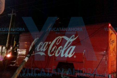Camión de Coca Cola arranca dos postes de Telmex