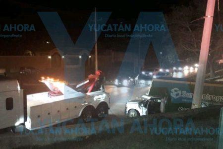 Mal calculador: se atora su camión en un puente del Periférico de Mérida
