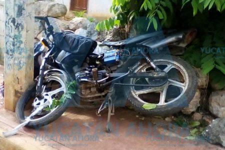 Ebrios y sin casco, par de motociclistas se impactan contra un poste