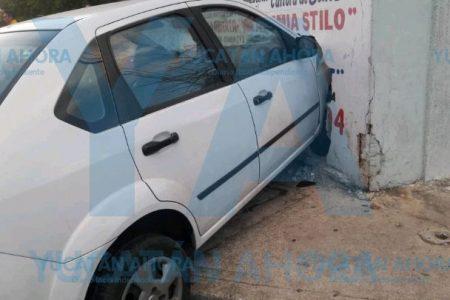 Se impacta contra un predio al esquivar un auto
