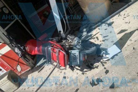 Motociclista se incrusta en puerta de cristal al esquivar a un niño