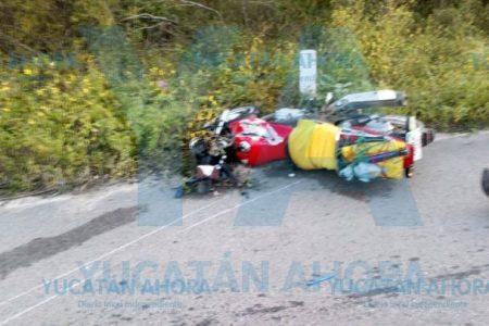 Muere al estrellarse contra camioneta estacionada sin señales