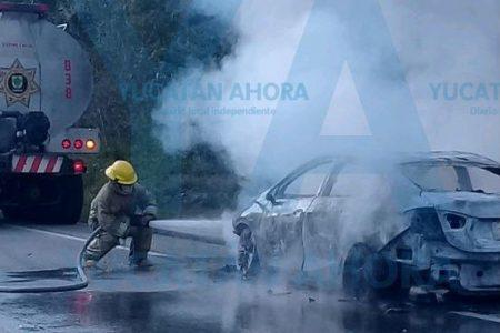 Rápido incendio lo deja a pie en la carretera