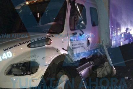 Queda prensado al invadir carril e impactar un camión