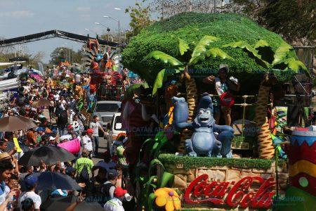 Una multitud se divierte en el Domingo de Bachata, en Plaza Carnaval